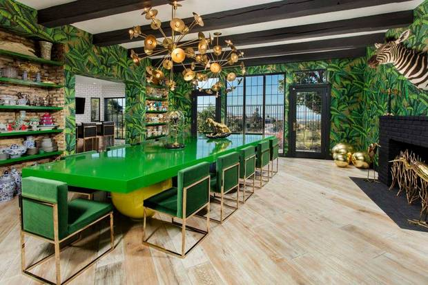 the-california-house-that-makes-bold-its-business-newport-beach-home-dining-room-with-green-lacquer-table-57d83a0081c866970ee84ea0-w620_h800